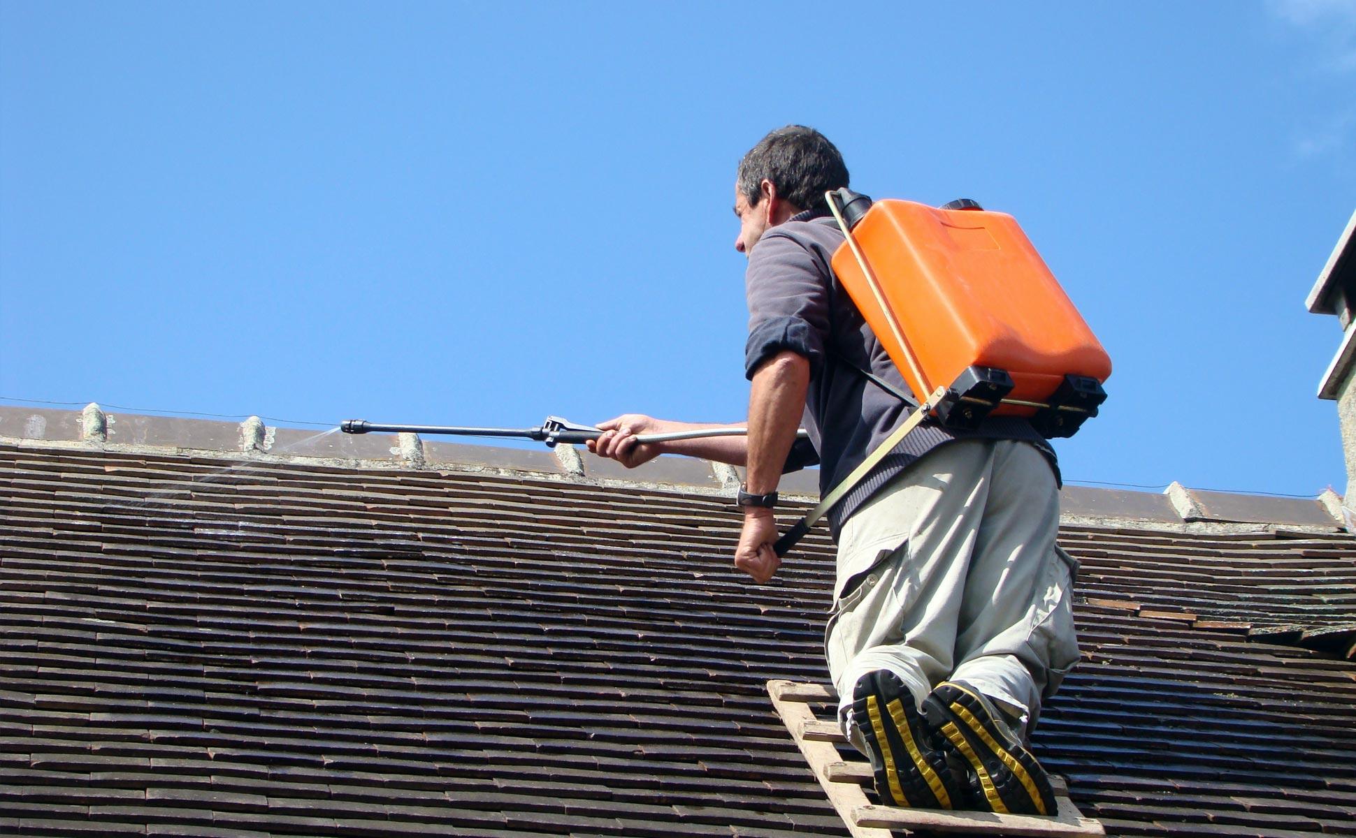 Traitement hydrofuge des tuiles d'une toiture pour restaurer leur étanchéité