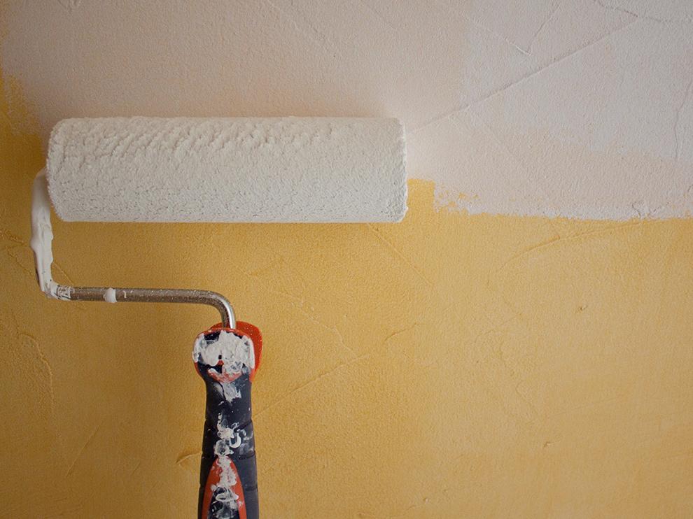 Application d'une sous-couche sur un mur